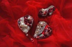 Κόκκινη πόρπη Luxe καρδιών, παπούτσια Cinderella, γαμήλιο υπόβαθρο με το χέρι - γίνοντα νυφικό κόσμημα στοκ εικόνες με δικαίωμα ελεύθερης χρήσης