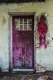 Κόκκινη πόρτα γκράφιτι Destressed Στοκ φωτογραφία με δικαίωμα ελεύθερης χρήσης