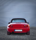Κόκκινη πόρτα μετάλλων αυτοκινήτων eith Στοκ φωτογραφία με δικαίωμα ελεύθερης χρήσης