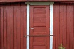 Κόκκινη πόρτα με την κλειδαριά μπουλονιών φραγμών μετάλλων στοκ εικόνα με δικαίωμα ελεύθερης χρήσης