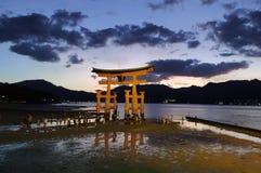 Κόκκινη πύλη της λάρνακας Itsukushima στοκ εικόνες