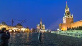 Κόκκινη πλατεία στη χειμερινή ημέρα στη νύχτα timelapse Μόσχα Κρεμλίνο με τον πύργο Spasskaya και τον καθεδρικό ναό του βασιλικού απόθεμα βίντεο
