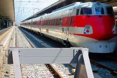 Κόκκινη πλατφόρμα σιδηροδρομικών σταθμών στάσεων τραίνων στοκ φωτογραφία με δικαίωμα ελεύθερης χρήσης