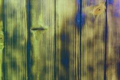 Κόκκινη ριγωτή και ψημένη ριγωτή δημιουργική σύσταση πορτών ξυλείας - αρκετά αφηρημένο υπόβαθρο φωτογραφιών στοκ εικόνες