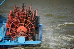 Κόκκινη ρόδα κουπιών στο streamship Στοκ εικόνα με δικαίωμα ελεύθερης χρήσης