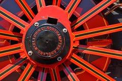 Κόκκινη ρόδα μηχανών έλξης στοκ εικόνες
