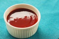 Κόκκινη σάλτσα στο λευκό σε ένα μπλε υπόβαθρο Στοκ φωτογραφίες με δικαίωμα ελεύθερης χρήσης
