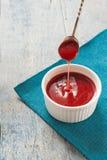 Κόκκινη σάλτσα στο λευκό σε ένα μπλε υπόβαθρο Στοκ εικόνες με δικαίωμα ελεύθερης χρήσης