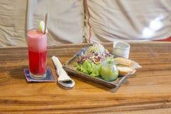 Κόκκινη σαλάτα κοκτέιλ και ψωμιού bruch με τον ξύλινο πίνακα στοκ φωτογραφία με δικαίωμα ελεύθερης χρήσης