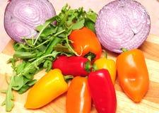 κόκκινη σαλάτα πιπεριών κρεμμυδιών πορτοκαλιά κίτρινη Στοκ Εικόνες