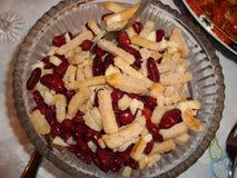 Κόκκινη σαλάτα φασολιών με τις κροτίδες, τα τεμαχισμένα κρεμμύδια και τα ξεφλουδισμένα μήλα Στοκ Εικόνα