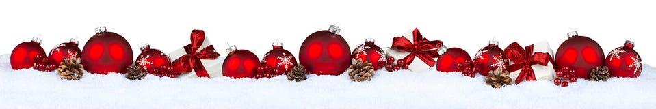Κόκκινη σειρά μπιχλιμπιδιών Χριστουγέννων που απομονώνεται Στοκ φωτογραφία με δικαίωμα ελεύθερης χρήσης