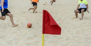 Κόκκινη σημαία που επισημαίνει μια γωνία ενός γηπέδου ποδοσφαίρου παραλιών στοκ εικόνα με δικαίωμα ελεύθερης χρήσης
