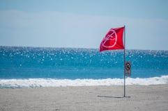 Κόκκινη σημαία προειδοποίησης σε μια παραλία της Φλώριδας Στοκ Εικόνα