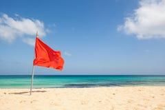 Κόκκινη σημαία στην παραλία Στοκ Εικόνα