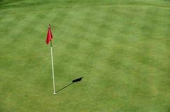 Κόκκινη σημαία στο γκολφ σε Talloires, λίμνη του Annecy, Γαλλία Στοκ Φωτογραφία