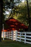 Κόκκινη σιταποθήκη και άσπρος φράκτης - χωριό δονητών του Pleasant Hill - κεντρικό Κεντάκυ Στοκ εικόνα με δικαίωμα ελεύθερης χρήσης