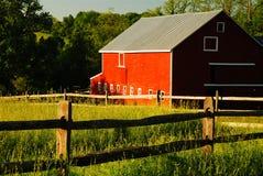 Κόκκινη σιταποθήκη και πράσινος τομέας στοκ φωτογραφία με δικαίωμα ελεύθερης χρήσης