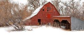 Κόκκινη σιταποθήκη το χειμώνα στοκ εικόνες