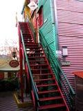 Κόκκινη σκάλα σε ένα σπίτι κατοικιών στο λίκνο τανγκό Λα Boca Μπουένος Άιρες Αργεντινή στοκ φωτογραφίες