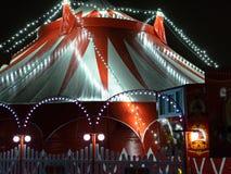Κόκκινη σκηνή τσίρκων τη νύχτα στοκ φωτογραφίες