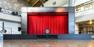 Κόκκινη σκηνική κουρτίνα Στοκ εικόνες με δικαίωμα ελεύθερης χρήσης