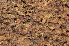 Κόκκινη σκουριασμένη φωτογραφία σύστασης πετρών φυσική πέτρα ανασκόπησης Ξεπερασμένη ανακούφιση βράχου Παλαιός τοίχος πετρών κτηρ Στοκ εικόνα με δικαίωμα ελεύθερης χρήσης