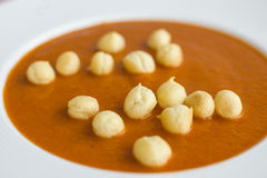 Κόκκινη σούπα ντοματών με μια κινηματογράφηση σε πρώτο πλάνο πιάτων ριπών καλαμποκιού Στοκ Φωτογραφίες