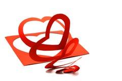 Κόκκινη σπείρα μορφής καρδιών Τρισδιάστατη μορφή καρδιών Κόκκινο έγγραφο που κόβεται στη συνεχή μορφή καρδιών στοκ φωτογραφία με δικαίωμα ελεύθερης χρήσης