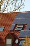 κόκκινη στέγη επιτροπών ηλιακή Στοκ εικόνα με δικαίωμα ελεύθερης χρήσης