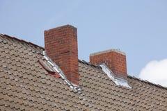 Κόκκινη στέγη, καπνοδόχοι Στοκ φωτογραφίες με δικαίωμα ελεύθερης χρήσης