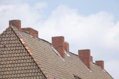 Κόκκινη στέγη, καπνοδόχοι Στοκ Εικόνες
