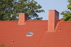 Κόκκινη στέγη, καπνοδόχοι Στοκ φωτογραφία με δικαίωμα ελεύθερης χρήσης