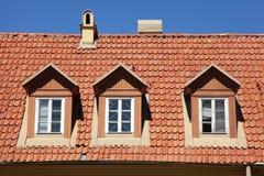 Κόκκινη στέγη κεραμιδιών του παλαιού σπιτιού στοκ φωτογραφία