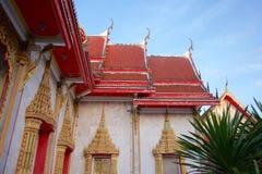 Κόκκινη στέγη του ταϊλανδικών βουδιστικών ναού και του μπλε ουρανού Στοκ φωτογραφία με δικαίωμα ελεύθερης χρήσης