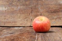 Κόκκινη στενή επάνω, επίλεκτη εστίαση της Apple με το ρηχό βάθος του τομέα Στοκ Φωτογραφία