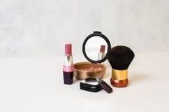 Κόκκινη στιλβωτική ουσία καρφιών, ρόδινες και γκρίζες σκιές κραγιόν, ρουζ και παράτολμος Στοκ εικόνες με δικαίωμα ελεύθερης χρήσης