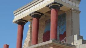 Κόκκινη στοά στηλών του θρυλικού παλατιού της Κνωσού, Κρήτη, Ελλάδα απόθεμα βίντεο