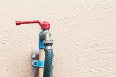 Κόκκινη στρόφιγγα και μπλε σωλήνας PVC Στοκ Φωτογραφίες