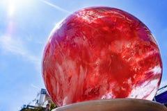 Κόκκινη σφαίρα γυαλιού Κινηματογράφηση σε πρώτο πλάνο Στοκ εικόνα με δικαίωμα ελεύθερης χρήσης