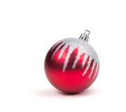 Κόκκινη σφαίρα διακοσμήσεων Χριστουγέννων στο λευκό. Στοκ Φωτογραφίες