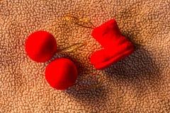 Κόκκινη σφαίρα με τη ζωή Χριστουγέννων αφρού καλτσών ακόμα Στοκ φωτογραφία με δικαίωμα ελεύθερης χρήσης