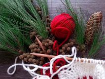 Κόκκινη σφαίρα νημάτων και πλέκοντας εργασία για το χρόνο Χριστουγέννων Στοκ Εικόνα