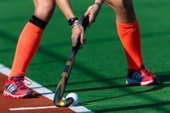 Κόκκινη σφαίρα ραβδιών χεριών παπουτσιών χόκεϋ κοριτσιών   Στοκ Εικόνες