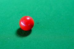 Κόκκινη σφαίρα σνούκερ στον πίνακα σνούκερ στοκ φωτογραφία με δικαίωμα ελεύθερης χρήσης