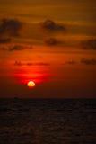 Κόκκινη σφαίρα του ήλιου που κατεβαίνει προς τον ορίζοντα στο ηλιοβασίλεμα Στοκ φωτογραφίες με δικαίωμα ελεύθερης χρήσης