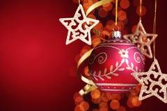 Κόκκινη σφαίρα Χριστουγέννων μεταλλινών Στοκ φωτογραφία με δικαίωμα ελεύθερης χρήσης
