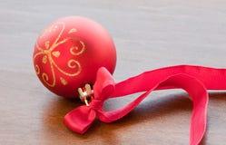 Κόκκινη σφαίρα Χριστουγέννων με την κορδέλλα Στοκ φωτογραφία με δικαίωμα ελεύθερης χρήσης