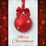 Κόκκινη σφαίρα Χριστουγέννων με την κορδέλλα και ένα τόξο Στοκ Εικόνες