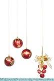 Κόκκινη σφαίρα Χριστουγέννων πολυτέλειας με τα κάλαντα, κρεμώντας διακόσμηση Στοκ εικόνες με δικαίωμα ελεύθερης χρήσης